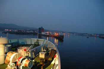 Picture of a harbour in the night, seen from a ferry